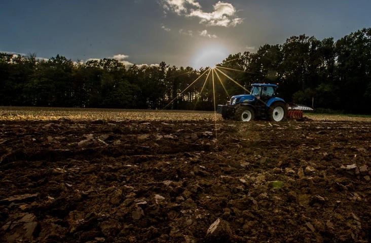 Kmet »razširil Belgijo«: Motila ga državna meja medtem ko je vozil traktor, pa jo je - premaknil