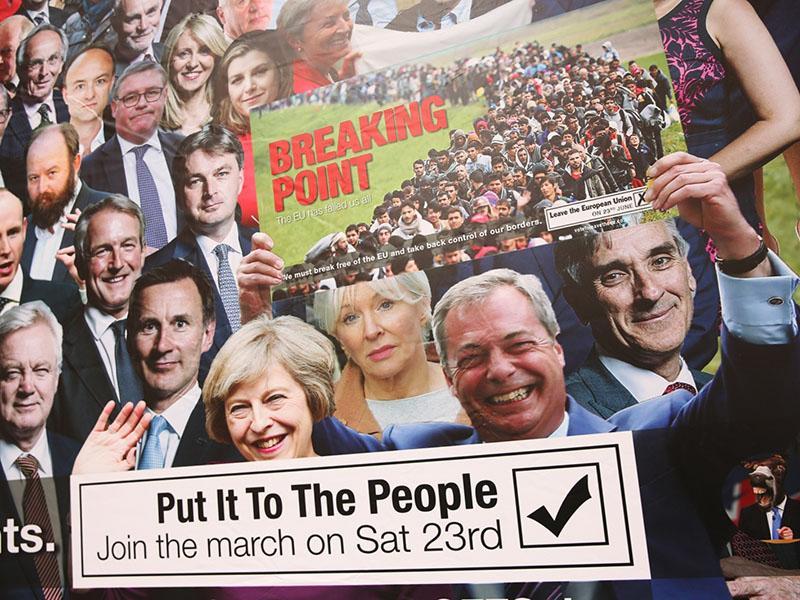 Velika Britanija pod vodstvom oslov – laži in neizpolnjene obljube politikov, državljani oglašujejo kar na jumbo plakatih