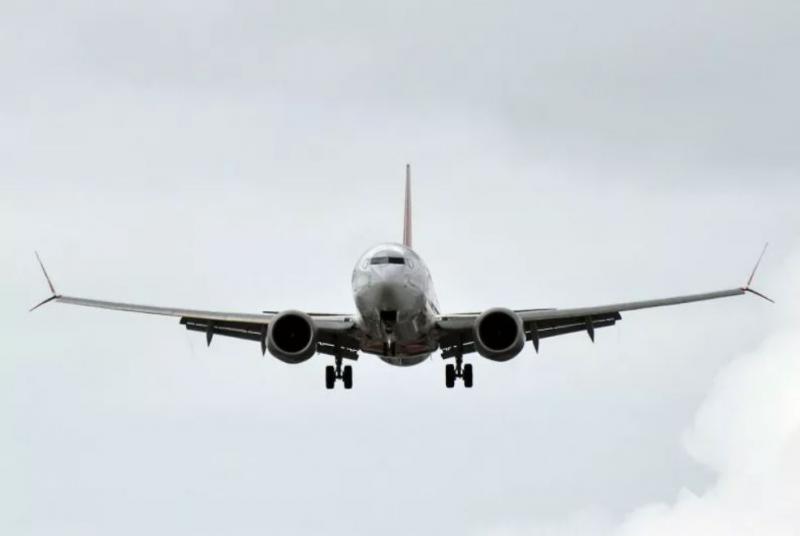Neumnost brez meja: Let odpovedan, ker je potnik »za srečo« vrgel za pest kovancev v motor letala