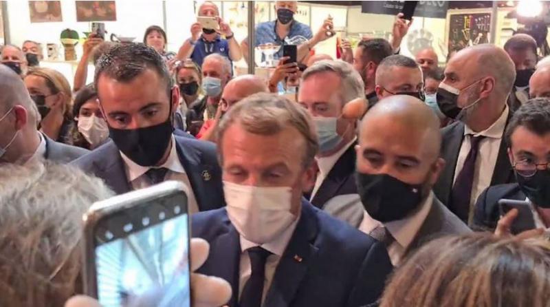 Na Macrona z jajcem: Obisk francoskega predsednika na gastronomskem sejmu zaznamoval nov incident