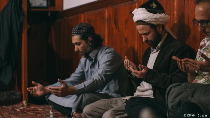 Muslimani začenjajo z ramazanom in javno prebirajo svojo sveto knjigo - Koran