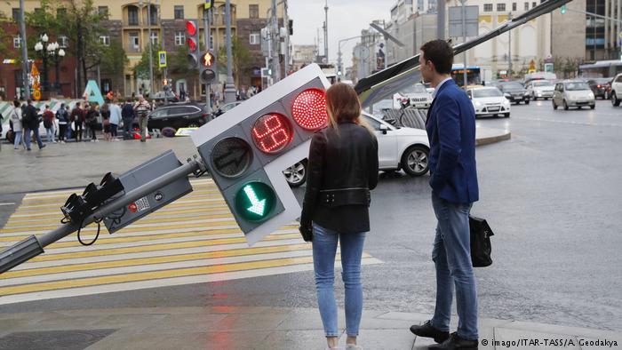 Napačen vladni semafor: Zakaj je število pacientov na intenzivni negi pomembnejše od zavajajoče »incidence«