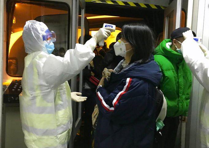 Kitajci se počutijo, kot da je »konec sveta«: zdravniki kolapsirajo, virus specialista okužil na nepričakovanem mestu