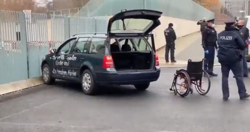 »Prekleti morilci otrok in starostnikov«: avto trčil v ograjo pisarne kanclerke Merkel, na vozilu izpisana srhljiva sporočila
