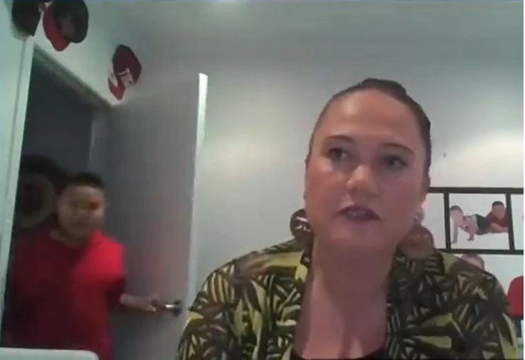 Kakšna blamaža v živo! Ministrico intervjuvali preko Zooma, nato je privihral njen sin in iz mame naredil tarčo posmeha