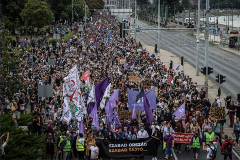 Orbánistan: Protesti v Budimpešti, na tisoče Madžarov marširalo zaradi napada oblasti na svobodo medijev