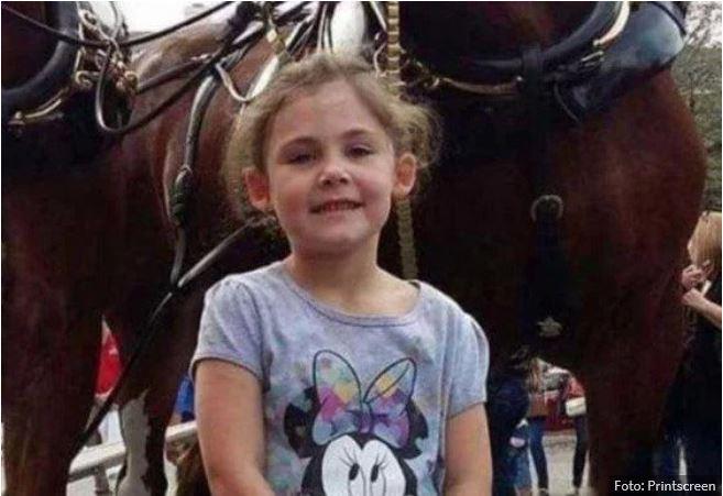 Punčka se je slikala s konjem v ozadju: Ko je oče pogledal fotografijo, ga je skoraj kap!