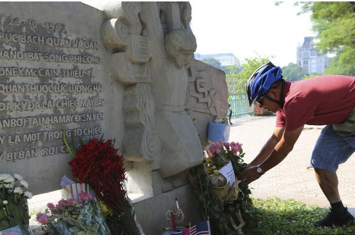 Preminulemu Johnu McCainu se je poklonil njegov vietnamski ječar, kaj pa Trumpova Melania?