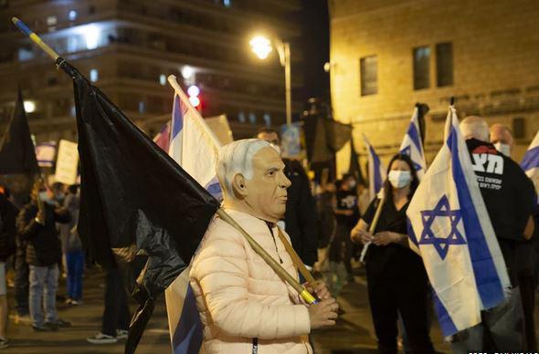 Protestniki ne odnehajo: na tisoče ljudi pred hišo premierja zahtevalo njegov odstop