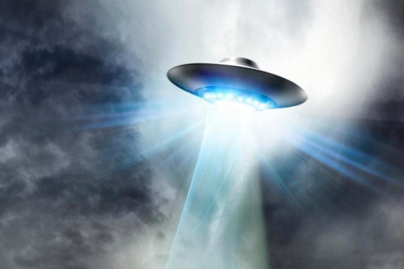Irske oblasti preiskujejo nenavadne svetle leteče predmete