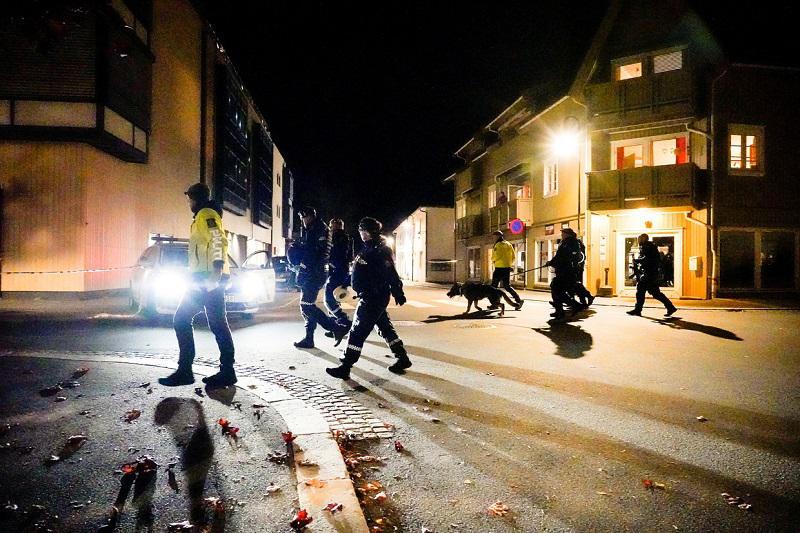 Napad z lokom in puščicami: ranjenih in mrtvih več ljudi, terorizem ni izljučen
