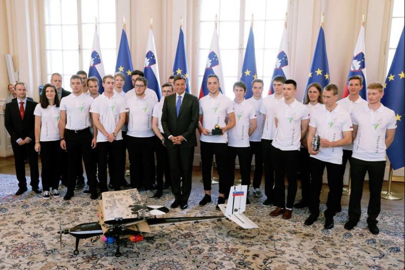 »Predsednik Pahor je vročil Jabolko navdiha ekipi, ki je zmagala v izdelovanju avtomatiziranega orožja«