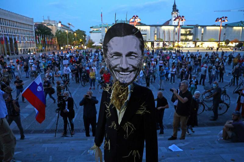 »Slamnatega predsednika ne potrebujemo!« Protestniki so se »soočili« s slamnatim predsednikom Slovenije