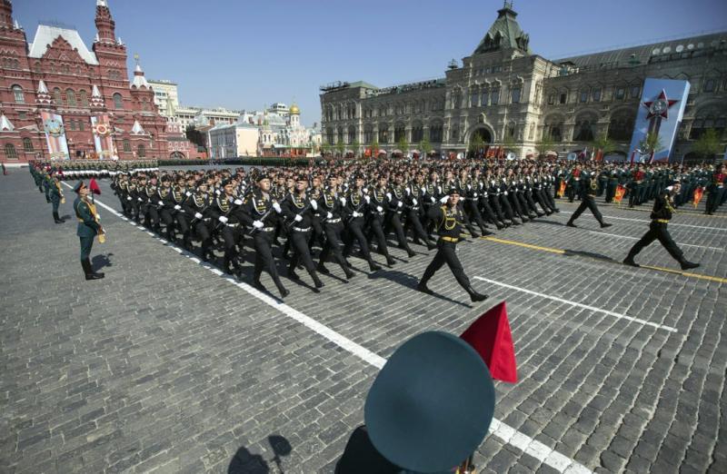 Ruski obrambni minister Šojgu se je šopiril na Rdečem trgu v Putinovi igrači, vredni 140.000 evrov
