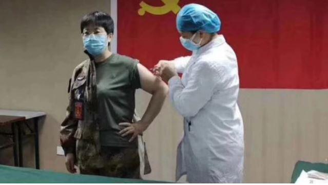 V boju proti koronavirosu si je poskusno cepivo vbrizgala kitajska generalmajorka, strokovnjakinja za biološko orožje