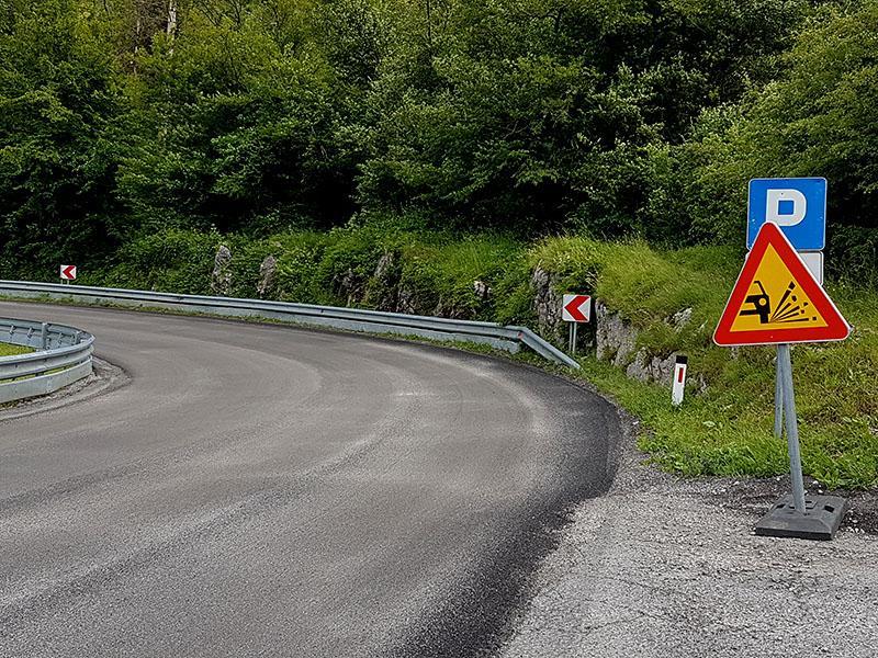 POZOR: Cestno podjetje je nastavilo smrtno past za motoriste