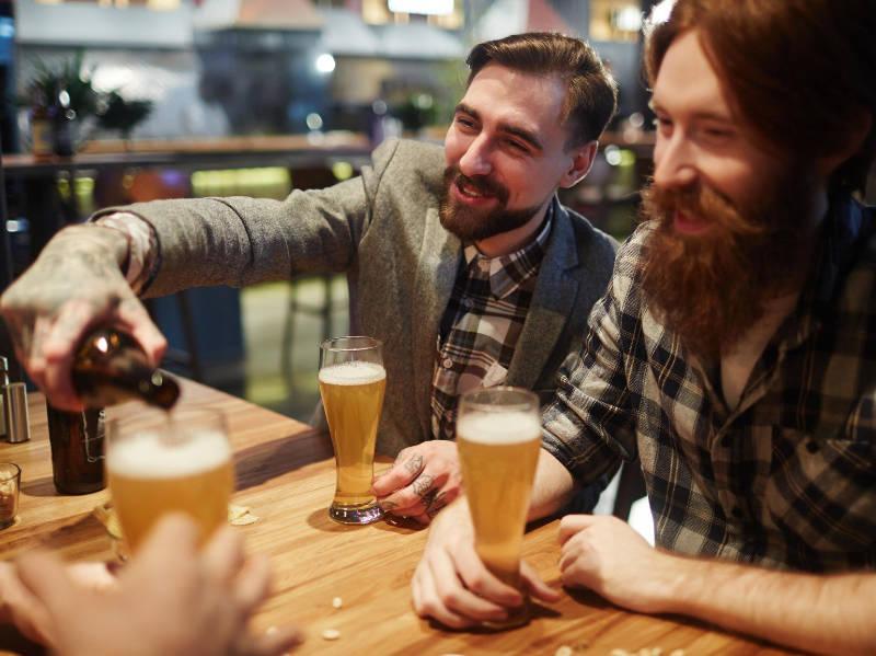 Genialna ideja za slovenske gostince: Pitje piva na 'lastniških' stolih