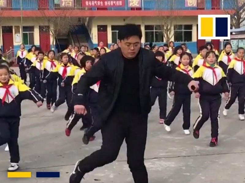 Plešoči ravnatelj kršil šolska pravila - in postal svetovna senzacija