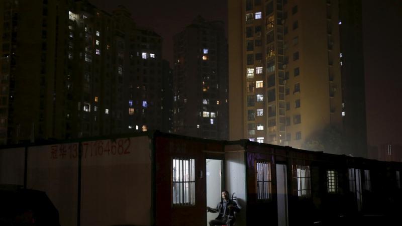 »Wuhan, ti to zmoreš!« Prebivalci v karanteni pojejo z balkonov svojih zgradb