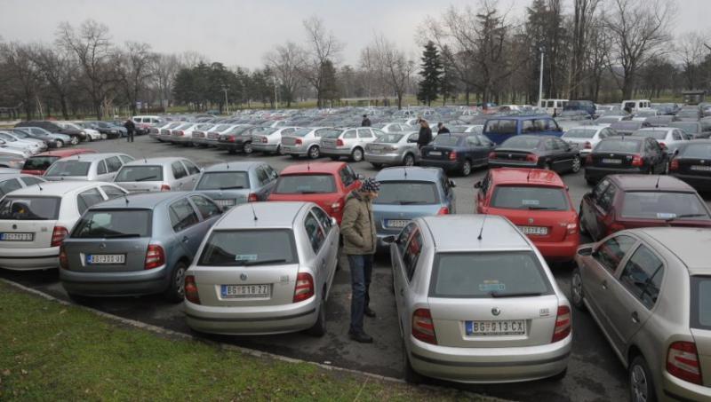 Nepričakovane posledice pandemije: rabljeni avtomobili se dražijo, električni pa prodajajo vse boljše
