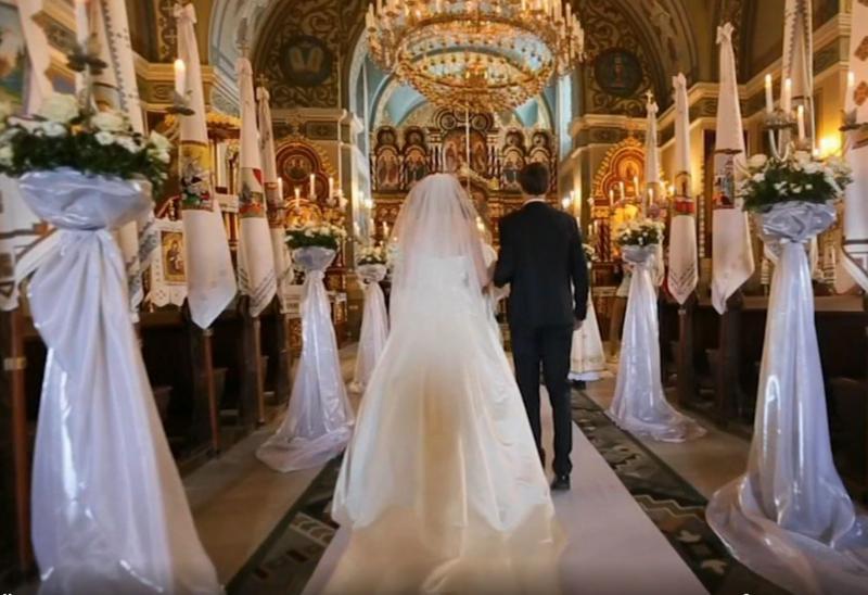 Bizarno: nevestin sprehod do oltarja je zaradi »dodatka«, pritrjenega na poročno obleko, izzval huronsko jezo