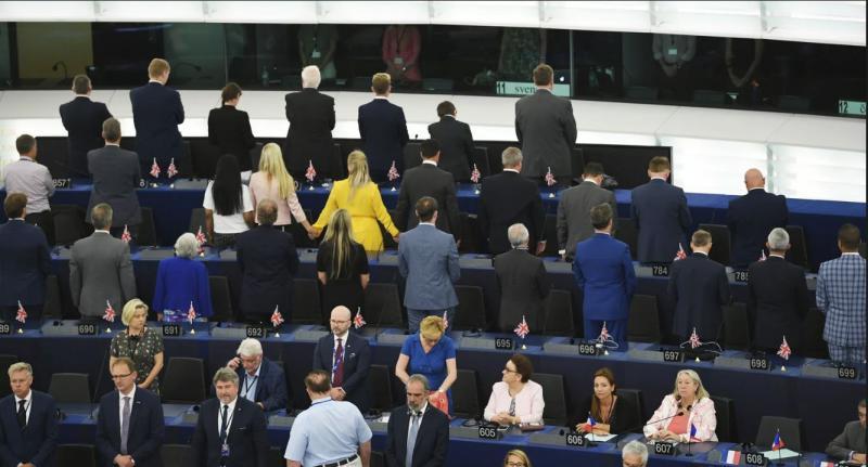 Škandal: Poslanci »Brexit stranke« ob intoniranju evropske himne v Evropskem parlamentu obrnili hrbte