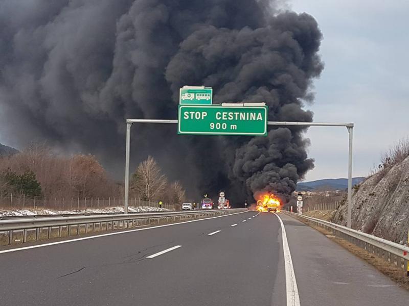 Po jutranji prometni nesreči avtocesta med  Gabrk in Sežano proti Ljubljani in Kopru zdaj odprta