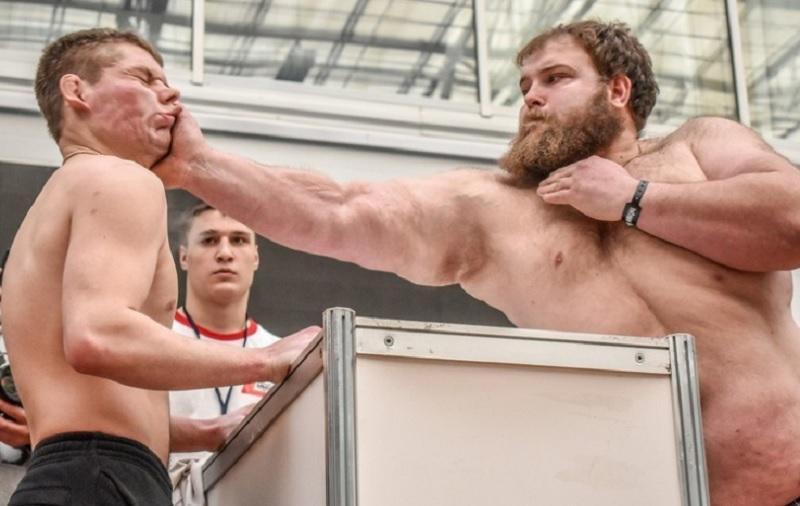 Sibirski kmet Vasja premlatil vso konkurenco na tekmovanju v klofutah