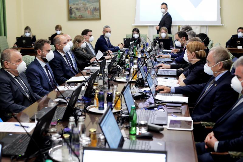 Propagandni preklic pandemije: Slovenija prva v Evropi, preko noči preklicala epidemijo, vlada z eno roko dala, z drugo vzela