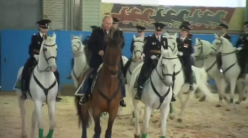 Ljubosumni? Putin na konju: na predvečer dneva žensk obiskal ženski konjeniški polk in skupaj z njimi - jahal …