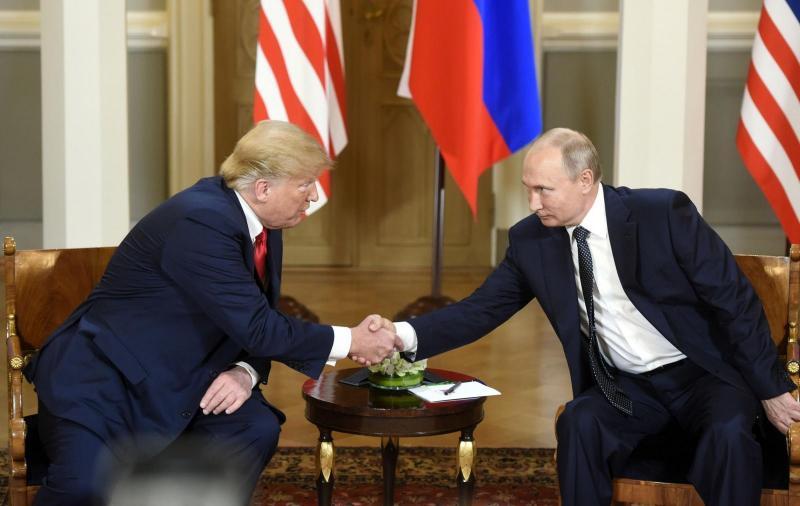 Trump namignil Putinu, oba predsednika pričakali plakati