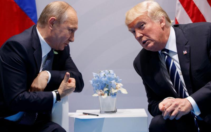 Trump Putinu: »Nekaj minut se bom malo bolj trdo obnašal do tebe, ampak to je za kamere. Saj razumeš?«