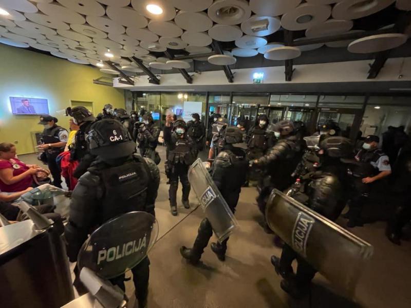 Po napadih vlade na neodvisnost RTV tudi proticepilski protestniki vzeli zakon v svoje roke in vdrli v TV Slovenija