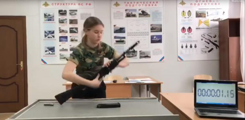Pouk: ruski učenci se v šolah učijo, kako sestaviti - »kalašnikovko«