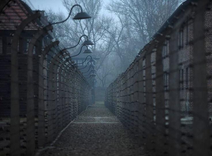Škandal: Na svetovnem spletu prodajajo mini krila in vzglavnike z motivi iz zloglasnega taborišča Auschwitz