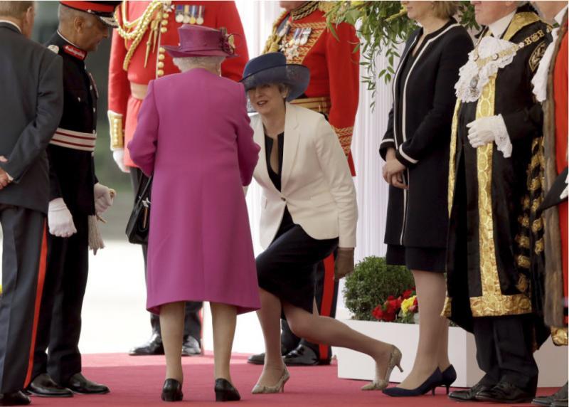 """Ko se britanska premierka sreča s komerkoli iz kraljeve družine, nastanejo """"odbite"""" fotografije"""