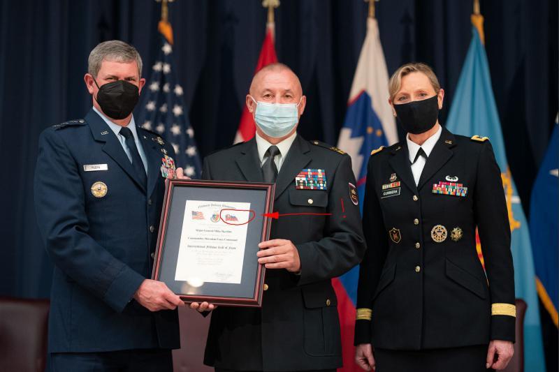 Sramota: Generalmajor Miha Škerbinc prejel plaketo s slovaško zastavo in se ob tem še prilizoval Američanom!