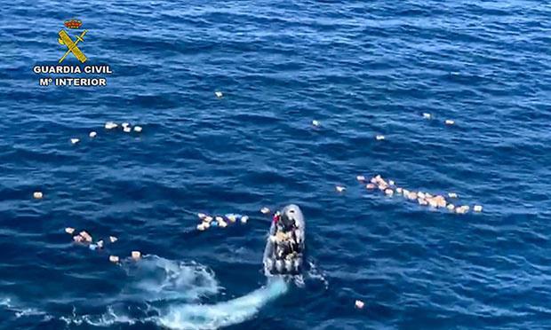 Dobrota je sirota: tihotapci rešili policiste pred utopitvijo, vendar jim to ni pomagalo ...