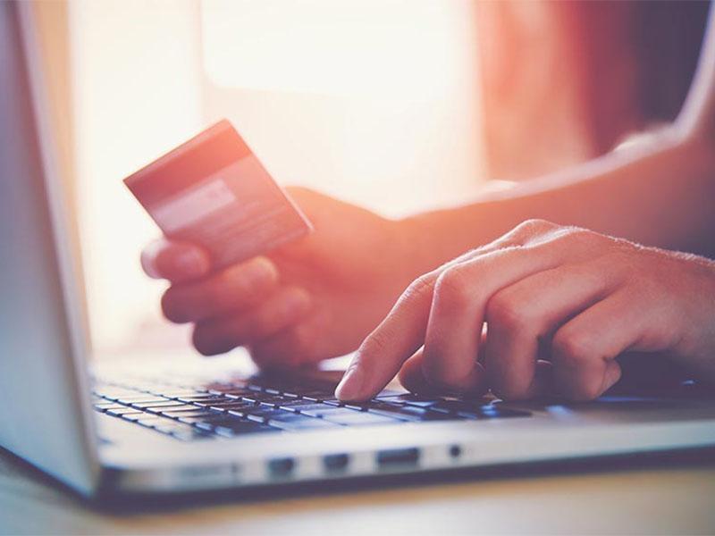 Več kot polovica potrošnikov turistično storitev kupi prek spleta