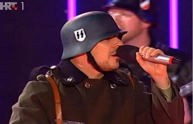 Bizarno: Hrvaška državna televizija predvajala nastop benda, ki v nacističnih uniformah s SS oznakami obuja »stare čase«