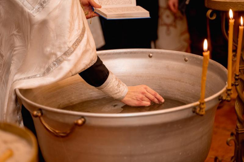 Dojenček se je utopil ob krstu, vendar cerkev ne bo spremenila rituala