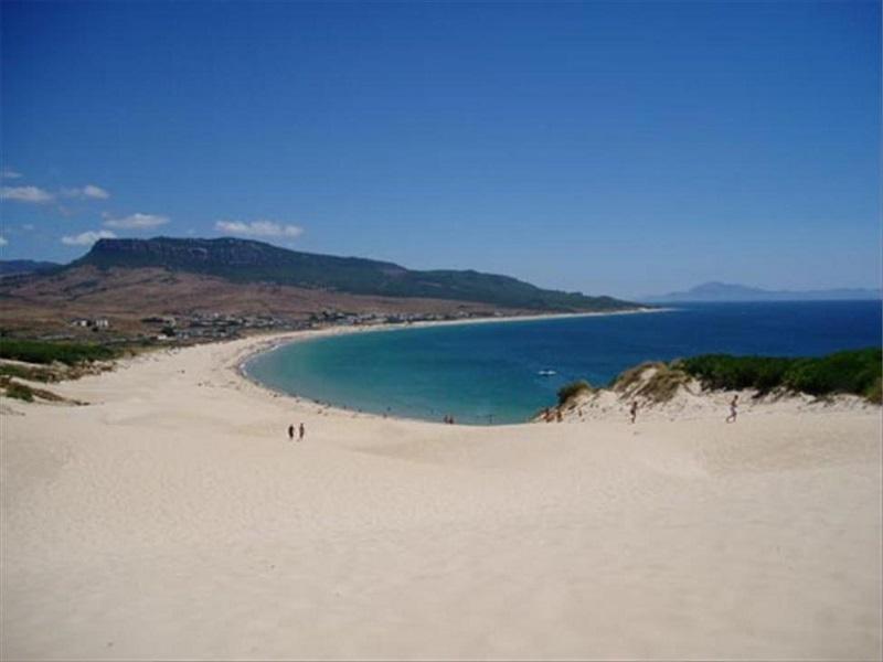 Spopad civilizacij - turisti so se sončili na luksuzni plaži, ko je mimo pribrzel čoln, poln migrantov...