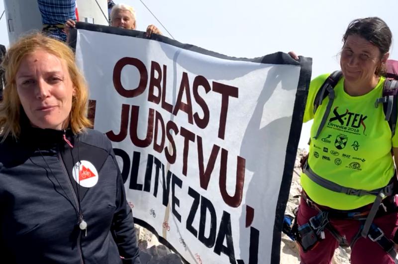 Zakaj so protestniki na Kredarici ob srečanju z Janšo in Hojsem ravnali prav in zakaj so kritike Tee Jarc neutemeljene