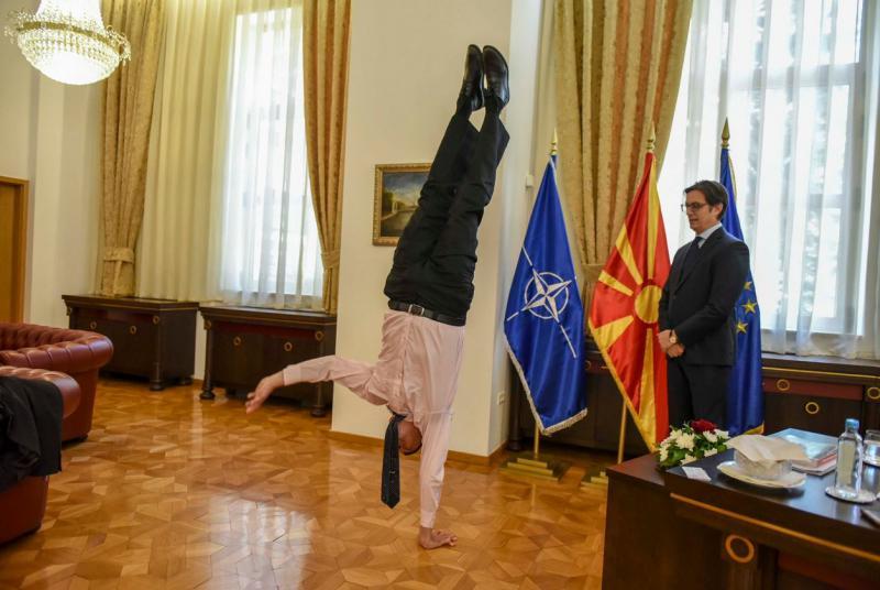 Telovadba v predsedniškem kabinetu: veleposlanik Izraela se je izkazal s stojo na roki