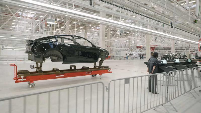 Tesle iz Berlina: Vsakih 45 sekund bo izdelana ena šasija avtomobila, ob tem pa bodo prodajali še »gigapivo«