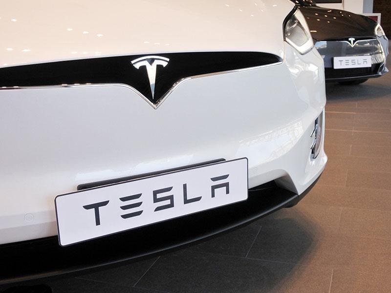 Tesla bo še naprej kotirala na borzi