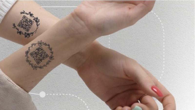 Cepljenim Moskovčanom predlagali, da svojo QR kodo nosijo kot začasno tetovažo