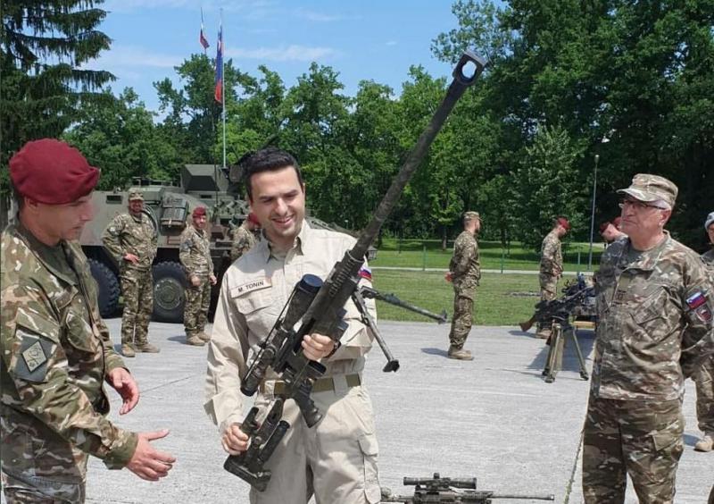 »Nekdo, ki na tak način gleda orožje, ne bi smel biti nikoli NIČ v politiki. Halo, a smo neka vojaška hunta tukaj???«