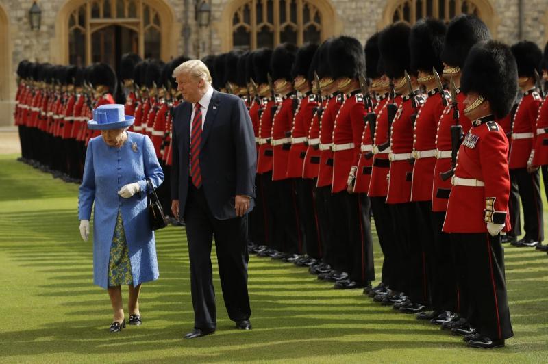 Trump hodil pred kraljico in trikrat prekršil protokol