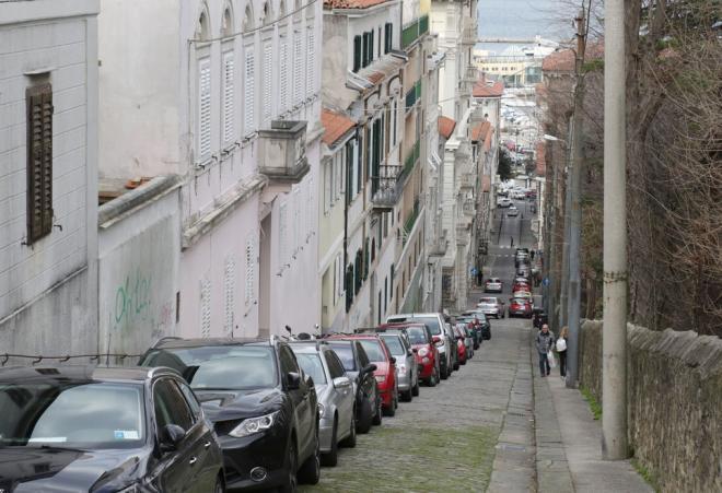 Če se odpravljate v Trst, pazite na svoje avtomobile: Režejo gume kot za stavo